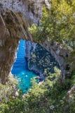 Capri Italien, ön i en härlig sommardag, med faraglioni vaggar och den naturliga stenbågen royaltyfri fotografi