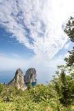 Capri Italien, ön i en härlig sommardag, med faraglioni vaggar och den naturliga stenbågen royaltyfria foton