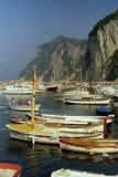 CAPRI ITALIEN, 1987 - dussintals fartyg förtöjer i porten av Marina Grande i Capri arkivbild