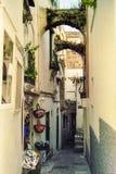 CAPRI, ITALIEN, _1978 eine charakteristische Straße mit Bögen von Capri erwartet Touristen mit seinen Geschäften lizenzfreie stockfotos