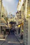 CAPRI, ITALIEN, _1978 eine charakteristische Straße mit Bögen von Capri erwartet Touristen mit seinen Geschäften lizenzfreies stockbild
