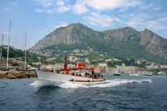 Capri Italien - en motorbåt som rusar i väg från ön royaltyfri foto