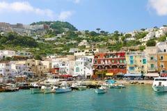 CAPRI, ITALIEN - 4. JULI 2018: Boote für Touristen in Marina Grande beherbergten, Capri, Italien lizenzfreies stockbild