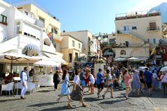 CAPRI, ITALIEN - 4. JULI 2018: Menge von Touristen in Marina Grande-Hafen von Capri-Insel, Italien stockfotografie