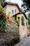 CAPRI ITALIEN - SEPTEMBER 11, 2014: Gult hus i härlig st Fotografering för Bildbyråer