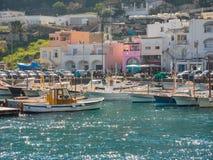 Capri, Nápoles, Italia El puerto del pueblo Marina Grande fotos de archivo