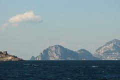 Capri som ses från en färja Arkivfoto