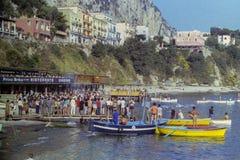 CAPRI, WŁOCHY, Lipiec 1967 - atlety tradycyjnego Naples maratonu przez cały kraj rasie zatoce które w w uczestniczy obraz royalty free