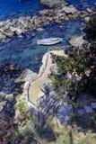 CAPRI, WŁOCHY, 1970 - stromy schody prowadzi ruiny rzymska willa Palazzo klacza, podczas gdy łódź kołysa delikatnie fotografia stock
