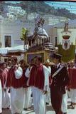 CAPRI, WŁOCHY, 1974 - tradycyjny korowód San Costanzo z statuą święty biega przez Piazzetta Capri fotografia royalty free