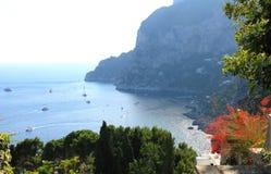 Capri wyspa w lecie Tyrrhenian morze z jachtami i łodziami na jasnym dniu Włochy Obraz Stock