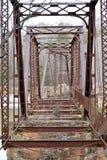 Capriata di ponte abbandonato alle rovine del sud dell'industria tessile Fotografie Stock
