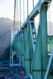 Capriata di ponte di St Johns sopra il fiume di Willamette alla luce solare fotografia stock
