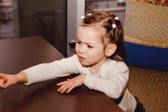 Capricieus meisje in een koffie royalty-vrije stock afbeelding