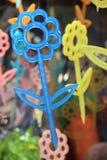 Capricieuze kleur van sierbloemen die in vensters hangen Stock Foto