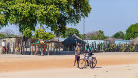 Caprivi, Namibië - Augustus 20, 2016: Slechte tieners die op de kant van de weg in de landelijke Caprivi-Strook, meest bevolkte g Stock Fotografie