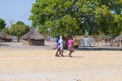 Caprivi, Namibië - Augustus 20, 2016: Slechte tieners die op de kant van de weg in de landelijke Caprivi-Strook, meest bevolkte g Royalty-vrije Stock Foto's