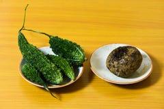 Овощи Capsicum свежие на изолированной деревянной предпосылке стоковые изображения