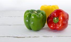 Capsicum verde, vermelho e amarelo no fundo branco Imagens de Stock Royalty Free