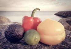 2 capsicums с лимоном и авокадоом Стоковое Изображение