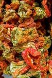 Capsicums secs sur une stalle du marché Photographie stock