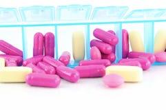 Capsula alta chiusa e compresse in casella quotidiana della pillola Fotografia Stock Libera da Diritti