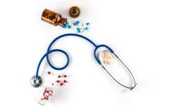 Capsula in bottiglia con cardiologia della pillola e dello stetoscopio immagini stock