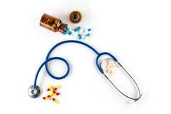 Capsula in bottiglia con cardiologia della pillola e dello stetoscopio fotografie stock