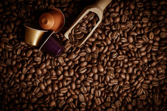 Capsula del caffè con i chicchi di caffè Fotografia Stock Libera da Diritti