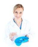 Capsula femminile carismatica della holding del medico immagini stock
