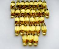 capsule витамина предпосылки дня конца-вверх цвета пилюлек желтым текстурированный светом образ жизни белого здоровый Стоковая Фотография RF