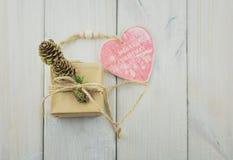 Capsule avec un cadeau attaché avec une corde Photos stock