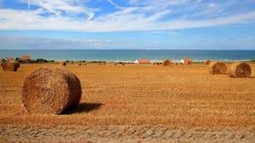 Capsule Blanc Nez, ` Opale, Pas-de-Calais, Francia de Cote d: Campos con las balas de heno Visión con el mar en el fondo Imagen de archivo libre de regalías