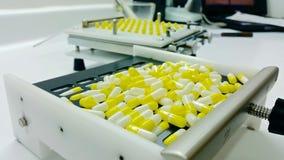 Capsule che compongono nel laboratorio della farmacia fotografia stock