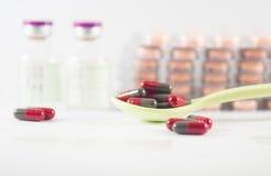 Capsule dans la cuillère sur le fond de médecine Photo stock
