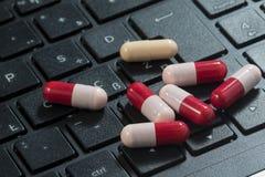 Capsule de clavier et d'antibiotiques, virus informatique photos stock
