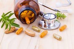 Capsule de soin sain alternatif de phytothérapie avec des stethos Photo stock