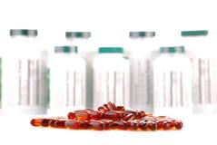 Capsule dei supplementi dietetici e dei contenitori Fotografie Stock Libere da Diritti