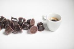 Capsule del coffe e caffè usati del caffè espresso sopra un fondo bianco Fotografie Stock Libere da Diritti