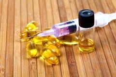 Capsule dell'olio di pesce ed olio Immagine Stock