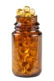Capsule dell'olio di pesce in una bottiglia di vetro isolata su fondo bianco Fotografia Stock
