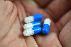 Capsule della medicina della holding Fotografie Stock Libere da Diritti