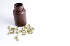 Capsule della medicina di erbe su fondo bianco Fotografia Stock Libera da Diritti