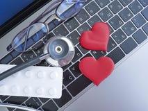 Capsule della tavola di funzionamento del cuore del computer portatile dello stetoscopio Immagini Stock Libere da Diritti