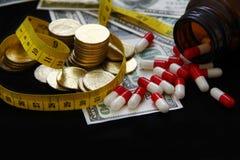 Capsule e pillole che versano dalle bottiglie, medicine Immagine Stock