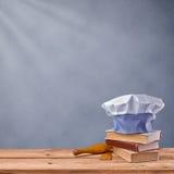 Capsule el cocinero, el libro del cocinero y el artículos de cocina en un fondo gris del vintage Imagenes de archivo
