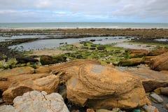 Capsule a Gris Nez en el ` Opale, Pas-de-Calais, Francia de Cote d: Visión desde la playa con las rocas coloridas Fotos de archivo
