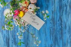 Capsule la torta en la placa y la rama de la cereza Imagen de archivo libre de regalías