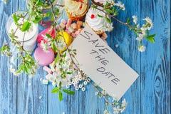 Capsule la torta en la placa y la rama de la cereza Imágenes de archivo libres de regalías
