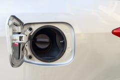 Capsule los coches del tanque de aceite, cubierta del casquillo de gasolina en el coche de plata Imágenes de archivo libres de regalías